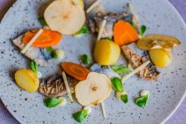 Śledź w marynacie octowej z jabłkiem, pieczonymi ziemniakami i kwaśną śmietaną