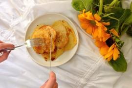 Racuchy z jabłkami z sosem malinowym
