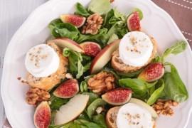 Jesienna sałatka z kozim serem, figami i orzechami