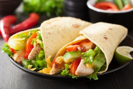 Serowa tortilla zapiekana z warzywami