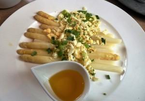 Białe szparagi z jajkiem