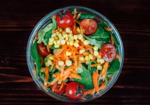 Ekspresowa sałatka ze szpinakiem, marchewką i kukurydzą