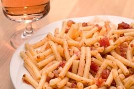 Rigatoni z sosem pomidorowym i boczkiem