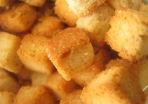 Grzanki z parmezanem i masłem czosnkowym – idealne do zupy