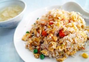 Smażony ryż z kurczakiem, warzywami i jajkiem