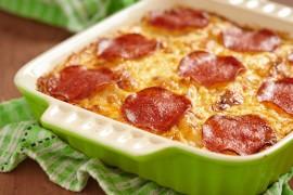 Zapiekanka makaronowa z serem, pieczarkami i salami