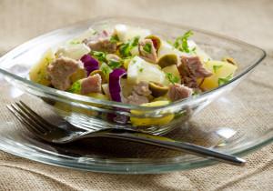 Sałatka z tuńczykiem, ananasem, oliwkami i ziemniakami