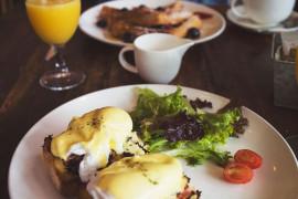 Śniadaniowa BOMBA ENERGETYCZNA: tosty z jajkiem poche i kiełbasą!