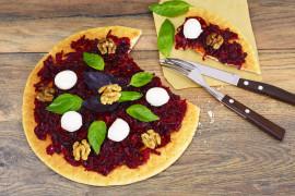 Pizza z bazą buraczaną i kozim serem