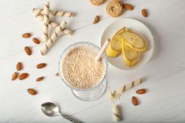 Koktajl z mlekiem kokosowym z dodatkiem bananów i orzechów
