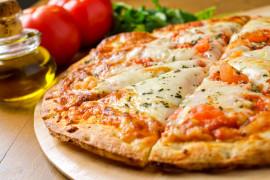 Pizza serowa z żurawiną