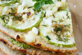 Pizza inaczej: kozi ser, miód, gruszki