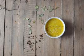 Rozgrzewająca zupa serowa z czosnkiem
