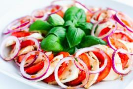 Błyskawiczna przekąska z mozzarelli i pomidorów