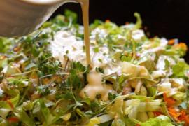 Lekka sałatka z orzechowym sosem