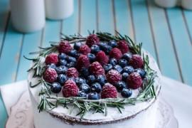 WALENTYNKOWY NAKED CAKE – zrobisz je w 15 minut
