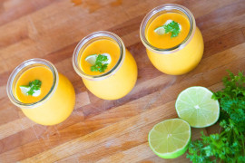Żółty koktajl owocowy z kurkumą i imbirem