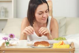 4 rzeczy, które możesz BEZKARNIE jeść przed snem!