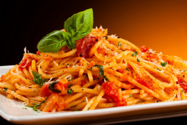 Prosty przepis na makaron z pomidorami – idealny na romantyczną kolację!