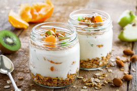 Deserki w słoiczkach – z prażonymi płatkami i jogurtem