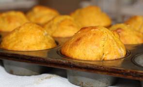 Pikantne muffiny z fetą, szynką i papryką