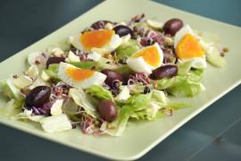 Ekspresowa sałatka z serem feta, jajkiem, oliwkami
