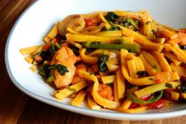 Szybki obiad: makaron z kurczakiem i warzywami