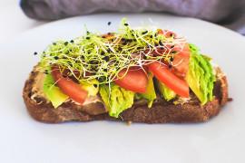 Kanapka mocy: z pastą z awokado i pomidorami