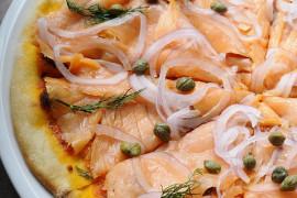 Pizza z wędzonym łososiem