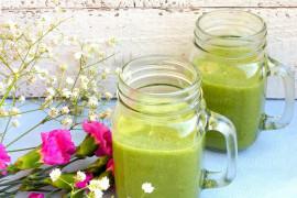 Zielony shake z roszponki, daktyli, brzoskwini, bananów