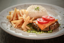Burger na talerzu – domowej roboty