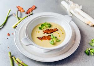 Kremowa zupa szparagowa z wędzonym chipsem