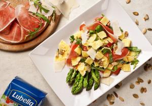 Wiosna na talerzu: sałatka z szynką parmeńską i szparagami