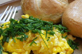 WYZWANIE śniadaniowe [dzień 7.] – jajecznica z boczkiem na wiejskim masełku