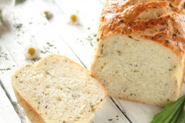 Chleb bezglutenowy pieczony na serze feta lub tofu