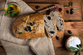 Chleb z suszonymi pomidorami i czarnymi oliwkami
