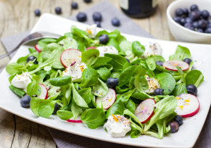 Sałatka wiosenna – z borówkami, kozim serem i roszponką