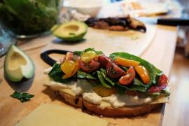 WYZWANIE śniadaniowe [dzień 5.] –  tosty z serem, szpinakiem i pomidorkami