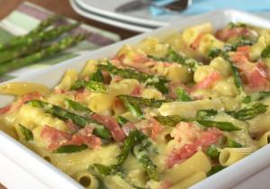 Błyskawiczna zapiekanka ze szparagami, makaronem i serem