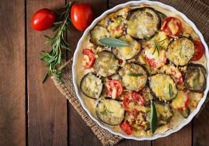 Moussaka – grecka zapiekanka z pomidorami, ziemniakami i bakłażanem