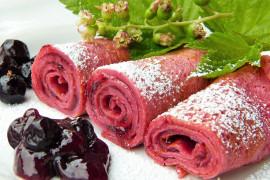 Różowe naleśniki z malinami i jogurtem
