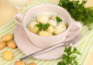 Młode ziemniaki z koperkiem, solą gruboziarnistą i kefirem
