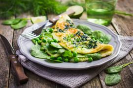 Omlet z zielonymi dodatkami: szpinakiem, jarmużem, bazylią