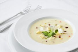 WYZWANIE ZUPNE – kremowa zupa z pietruszki, pieczonej gruszki i dodatkiem płatków migdałowych