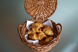 Słodkie drożdżóweczki z dżemem truskawkowym