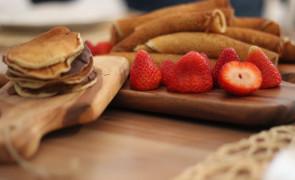 Naleśniki orkiszowe z sosem czekoladowym i serkiem mascarpone