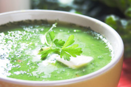 Kremowa zupa z jarmużem i mozzarellą
