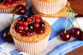 Muffinki z czerwonymi i czarnymi porzeczkami