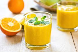 Orzeźwiający koktajl z mango i pomarańczy