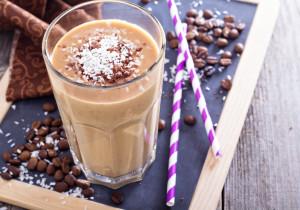 Bananowy shake z kawą i wiórkami kokosowymi